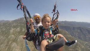 2.5 yaşında 1900 metreden yamaç paraşütüyle atladı