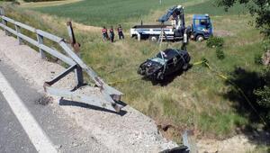 Otomobil, dere yatağına uçtu: Anne- baba öldü, kızları ağır yaralı