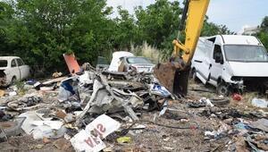 Park halindeki araçları ezip TIRa yükleyen 3 kişi yakalandı