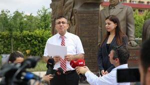 Rauf Denktaş'ın torunundan Beylikdüzündeki Rauf Denktaş Anıtı önünde açıklama