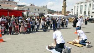 Lise öğrencilerinden kent meydanında ilk yardım uygulaması