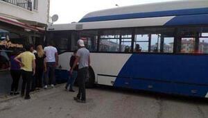 Ankarada belediye otobüsü kafeye girdi: Yaralılar var