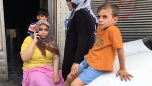 Yangında mahsur kalan kadın ve çocuklarını mahalleli kurtardı