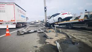 Sultanbeylide bariyerlere çarpan otomobilin sürücüsü yaralandı