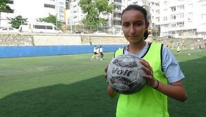 Futbolcu olmak isteyen Zeynep, takım bulamıyor