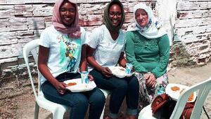 Afrikalı kardeşler, arkadaş ziyaretine geldikleri köyün hayır yemeğine katıldı