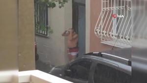Bir çocuğun yağmur yağarken yıkandığı görüntüler sosyal medyada ilgi gördü