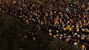 Hong Kongda göstericiler kamu binaları önünden çekildi