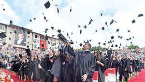 Vakıf üniversitesi öğrencileri diplomalarını aldı
