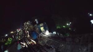 Bangladeşte yolcu treni nehre düştü: Çok sayıda ölü var...