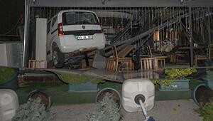 Ankarada otomobil kafeye girdi: Bir yaralı