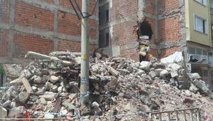 Yıkımda iş makinesinin hasar verdiği yan bina boşaltıldı