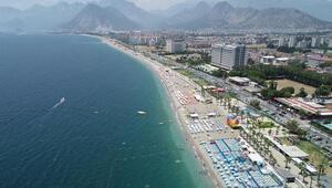 Antalyada turistler sahilleri doldurdu