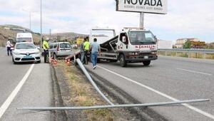 Otomobil aydınlatma direğine çarptı: 2si çocuk 7 yaralı