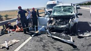 Hafif ticari araç, TIRa çarptı: 3 yaralı