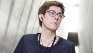 Karrenbauer: Merkel'in sağlığı yerinde