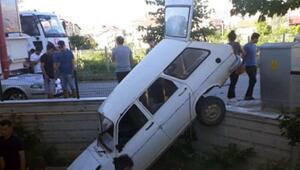 Kaza yapan otomobil duvarda asılı kaldı