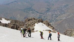 Karlı 3 bin 487 rakımlı Sümbül Dağına zorlu tırmanış