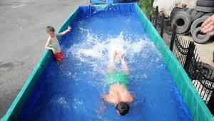 Havuza dönüştürülen kamyon kasasında yüzen çocuklara sürpriz