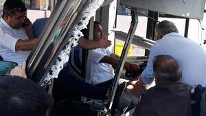 TIRa çarpan belediye otobüsünün şoförü yaralandı