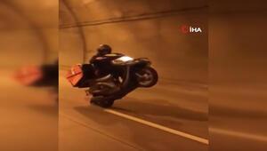 Motosikletli kurye müşterilere siparişleri tek teker üzerinde böyle götürdü