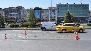 Bayrampaşada yolun karşısına geçmeye çalışan yayalara otomobil çarptı: 1 ölü 1 yaralı