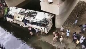 Hindistanda yolcu otobüsü su kanalına uçtu