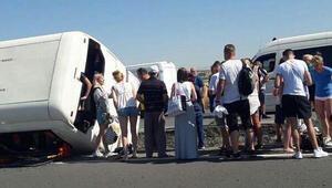 Denizlide turistleri taşıyan tur otobüsü devrildi