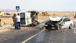 Diyarbakırda otomobil yolcu minibüsüne çarptı: 3 yaralı