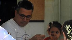 Kızını elleriyle besledi