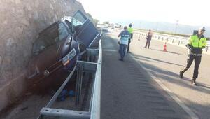 Otomobil, istinat duvarına çarptı: 3 yaralı