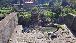Rizede 300 yıllık kemer köprü çöktü