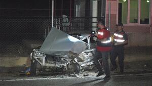 İzmirde 2 otomobil çarpıştı: 2 ölü, 1 ağır yaralı
