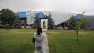Eskişehir'de rüzgar çatı uçurdu, ağaçları devirdi