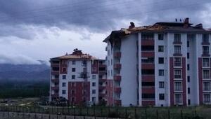 Tokatta şiddetli fırtına çatıları uçurdu