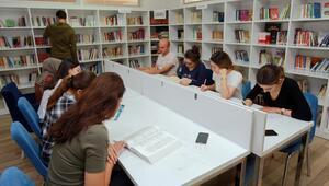 Adaylar kütüphanede KPSS'ye hazırlanıyor
