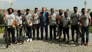 Londradan bisikletlerle yola çıkan hacı adayları Cumhurbaşkanı Erdoğan ile görüştü