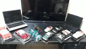 Minyatür araba koleksiyonu çalan hırsızlar kamerada