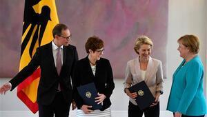 Almanyada yeni Savunma Bakanı mazbatasını aldı