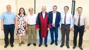 Kızılay Başkanı'nın diploma sevinci