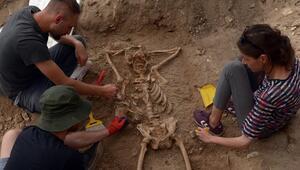 Arkeolojik kazıda mezardaki iskeletin keyfi şaşkınlık yarattı