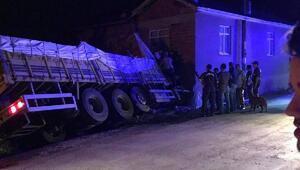 Buğday yüklü kamyon eve çarptı: 3 yaralı