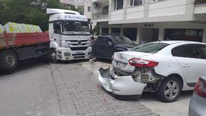 Ankarada freni boşalan TIR, park halindeki 5 araca çarptı