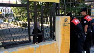 Okul bahçesinde mahsur kalan kadını itfaiye kurtardı