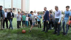 Bakan Kasapoğlu çocuklarla maç yaptı