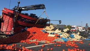 TEM'de kamyon devrildi: Tonlarca meyve ve sebze yolla döküldü