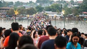 Tayland'daki 850 metre uzunluğundaki köprü kenti birleştiriyor