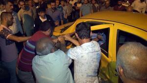 Kazada takside sıkışan sürücü, güçlükle kurtarıldı