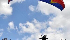 Sporcu valinin yeni hedefi yamaç paraşütü