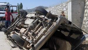 Minibüs 4 metreden uçtu, sürücü yara almadan kurtuldu